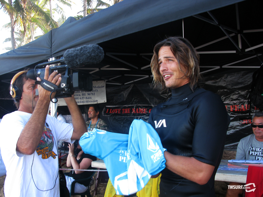 Danny Fuller recounts his perfect ten point ride in the semifinals before paddling out for the final heat of the Volcom Pipeline Pro. Photo: Coté