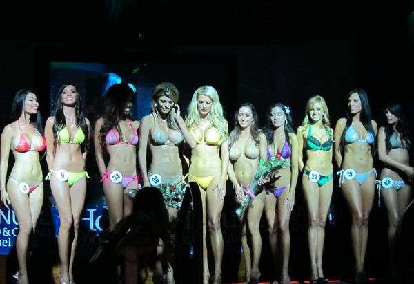 The ladies of the 2010 Hooters Southern California Bikini Championships.