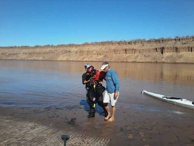 Ben Orkin being helped out of his boat at Pearce Ferry. Photo by Pam Wolfson.