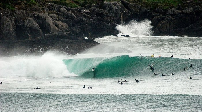 A lucky surfer at Mundaka, with an envious crowd looking on. Photo by Paco Two