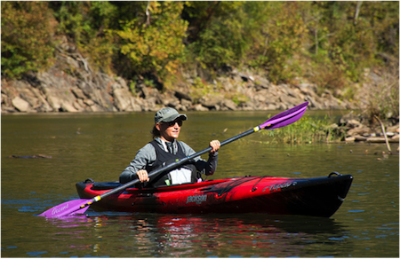 The low-paddling technique features shallower, extended strokes, usually with a thinner blade. Photo Roberto Briones.