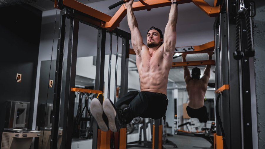 Man doing hanging leg raise