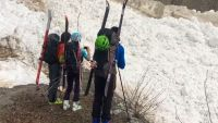 Avalanche rushes past skiers