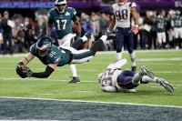 MINNEAPOLIS, MN - FEBRUARY 04: Zach Ertz #86 of the Philadelphia Eagles dives into the endzone for a 11-yard touchdown against the New England Patriots during the fourth quarter in Super Bowl LII at U.S. Bank Stadium on February 4, 2018 in Minneapolis, Minnesota.