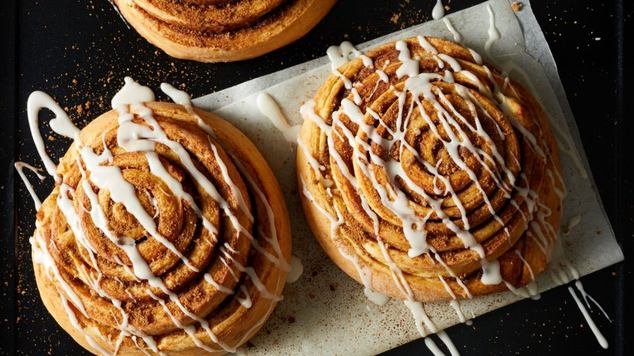 CinnamoCinnamon buns with icingn buns with frosting