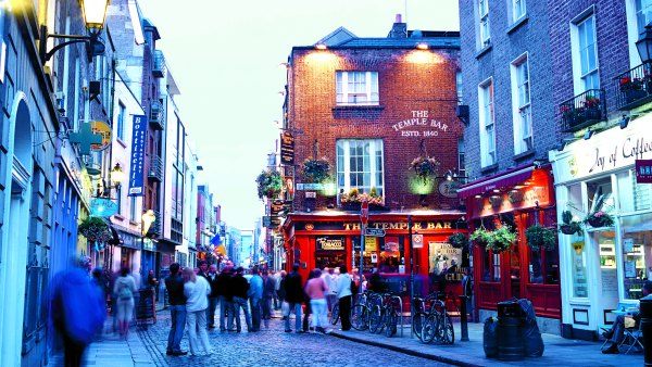 Street scene in temple bar, Dublin, Ireland