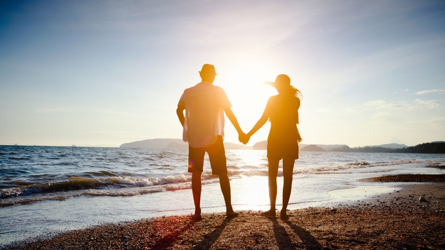 couple-holding-hands-on-the-beach