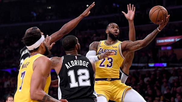 LeBron James #23 of the Los Angeles Lakers attempts a layup past LaMarcus Aldridge #12 of the San Antonio Spurs during the first half at Staples Center on October 22, 2018 in Los Angeles, California. (Photo by Harry How/Getty Images)