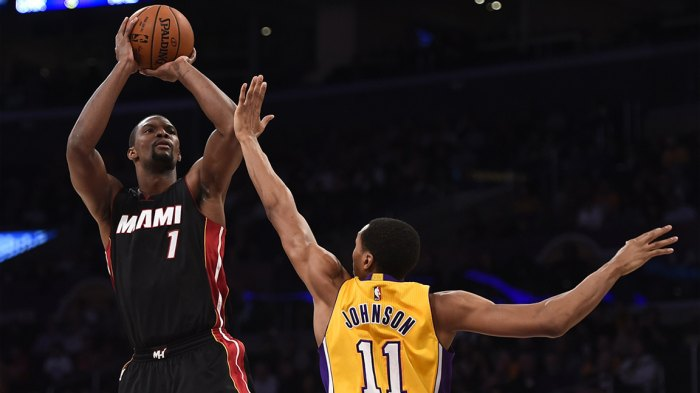 Chris Bosh (L) of the Miami Heat shoots before Wesley Johnson (R) of the Los Angeles Lakers at Staples Center in Los Angeles, California. AFP PHOTO / ROBYN BECK (Photo credit should read ROBYN BECK/AFP/Getty Images)