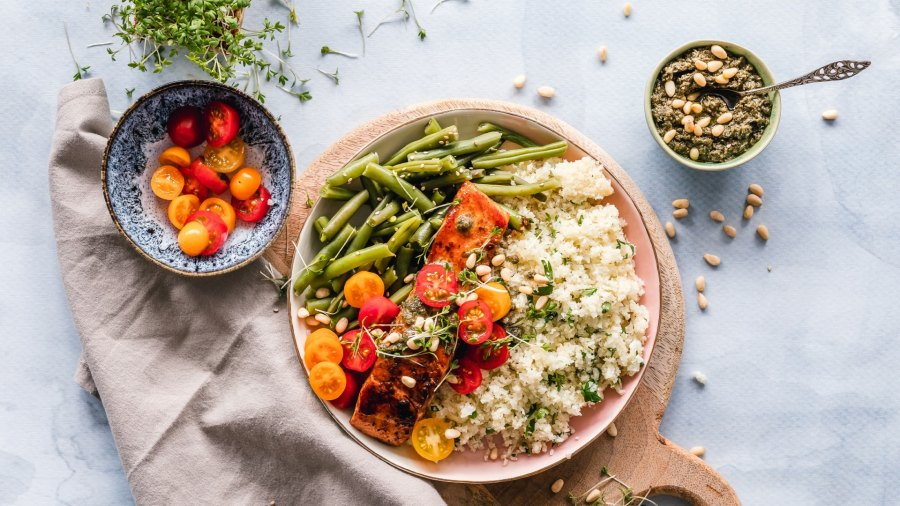 Bowl of salmon, green beans, quinoa, and tomatoes