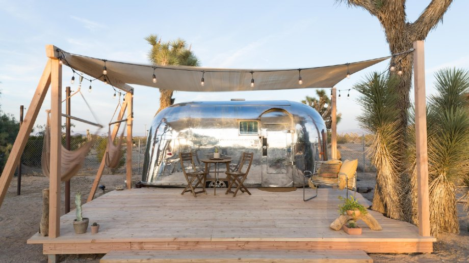 Home to 840 miles of coastline, redwood forests, towering mountain ranges, and stark deserts landscapes, California is a premier glamping destination.
