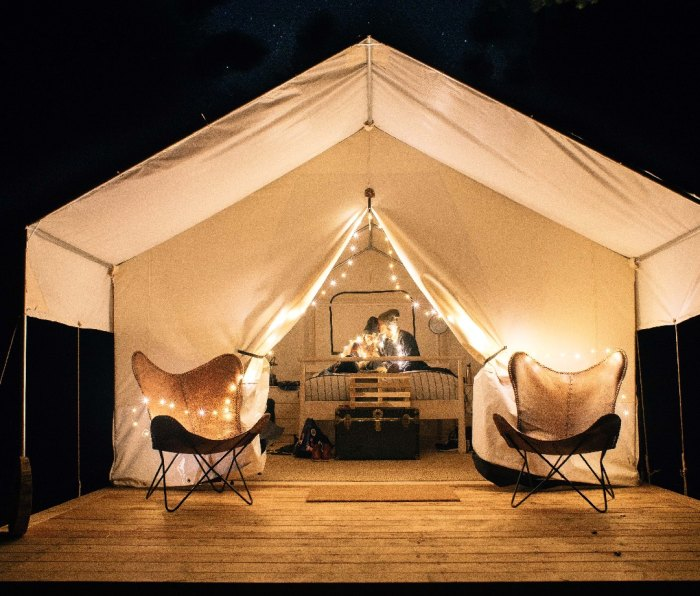 Located on the picturesque northern California coast, Mendocino Grove is a modern camping experience that offers a variety of luxury safari-style tents, ideal for couples or families.
