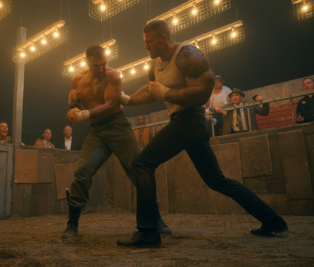 The Umbrella Academy star Tom Hopper fights an opponent with onlookers