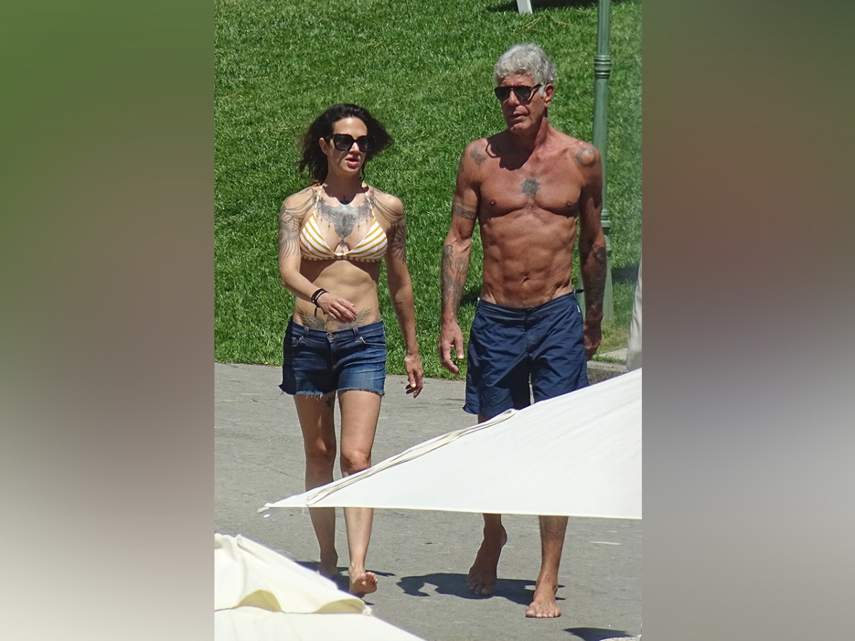 aa61cb5e1 Photos: 61-year-old Anthony Bourdain and His Badass Girlfriend Both Have  Better Abs Than You