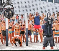 "Dwayne ""The Rock"" Johnson and Zac Efron do pullups on the ""Baywatch"" set."