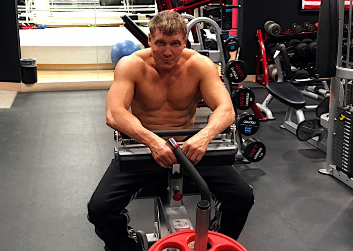 Holt McCallany working out