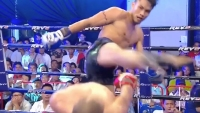 Kickboxer dodges head kick with 'Matrix'-style move