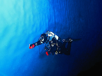 mj-390_294_topside-with-one-of-the-world-s-most-active-divers