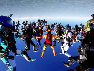 mj-390_294_watch-164-skydivers-converge-for-a-record-breaking-jump