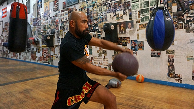 mj-618_348_eight-movement-medicine-ball-circuit-lunge-and-chop-how-to-train-for-muy-thai-fighting