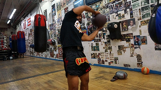 mj-618_348_eight-movement-medicine-ball-circuit-rainbow-how-to-train-for-muy-thai-fighting