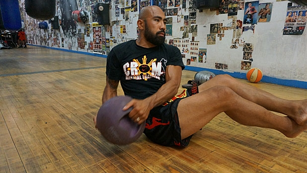 mj-618_348_eight-movement-medicine-ball-circuit-seated-russian-twist-how-to-train-for-muy-thai-fighting