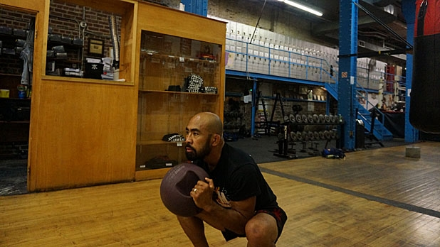 mj-618_348_eight-movement-medicine-ball-circuit-thruster-how-to-train-for-muy-thai-fighting