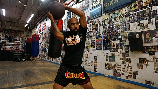mj-618_348_eight-movement-medicine-ball-circuit-x-chops-how-to-train-for-muy-thai-fighting