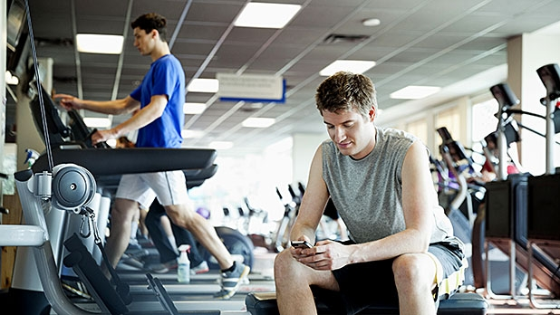 mj-618_348_switch-to-airplane-mode-at-the-gym-digital-detox-tips
