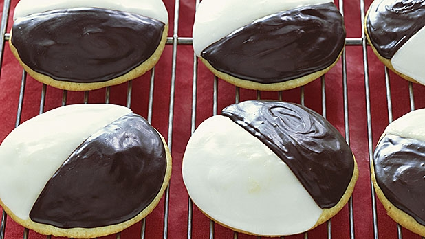 mj-618_348_the-search-for-the-best-black-and-white-cookies-in-america